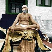 Ramana Maharshi sitzend auf Tigerfell