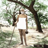 Ramana Maharshi unter Baum mit Stock