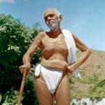 Ramana Maharshi mit Wanderstock draußen