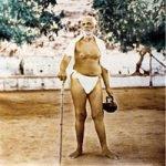 Ramana Maharshi draußen mit Stock